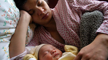 How to manage sleep deprivation with your new born baby